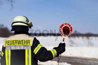 Feuerwehr Einsatz Feuerwehrmann mit Halt Kelle