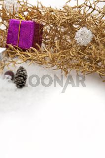 Goldene Weihnachtsdeko mit Schnee und Geschenken