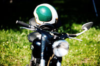 Detail Oldtimer Motorrad mit Helm