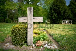 Kreuz aus Holz auf einem Grab