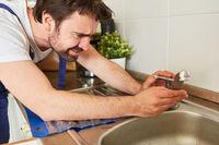Heimwerker repariert den Wasserhahn der Spüle