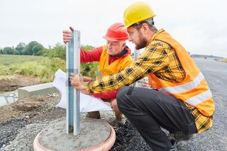 Bauarbeiter kontrollieren Konstruktion auf Baustelle