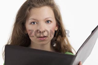 Junge Frau liest aus einer Mappe vor