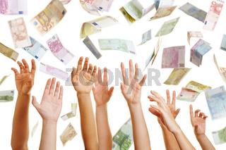 Euro Geld fliegt über Händen