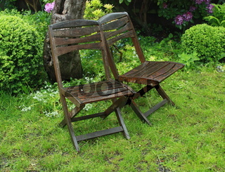 Gartenstühle im Regen