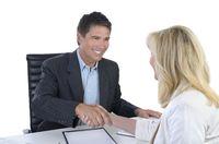 Geschäftsmann und Businessfrau geben sich die Hand