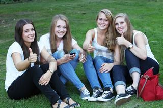 Gruppe junger Mädchen zeigt den Daumen hoch