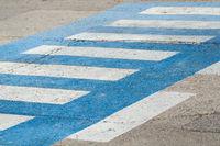 blauer Zebrastreifen auf einer Straße in Kroatien