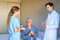 Arzt und Krankenschwester bei der sorgfältigen Medikation