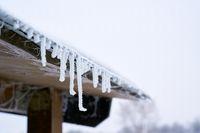 Eiszapfen an einem Dach im Winter