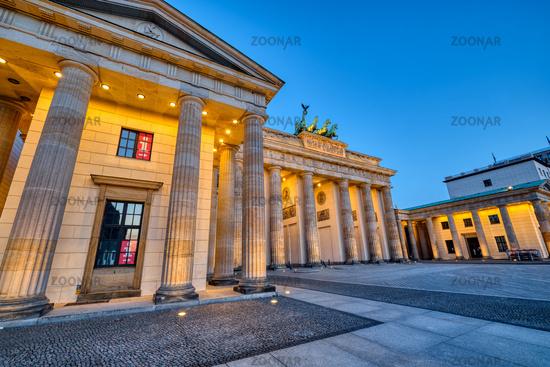 Das berühmte Brandenburger Tor in Berlin in der Morgendämmerung