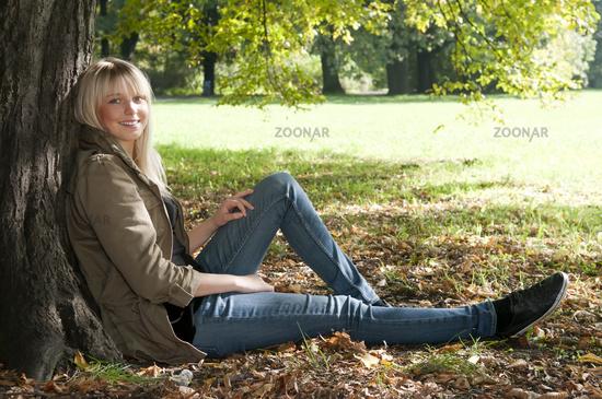 junge frau sitzt im park