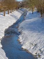 kleiner Fluß im Winter