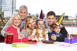 Geschwister feiern mit der Familie Geburtstag
