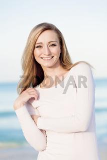 junge hübsche frau im portrait am strand