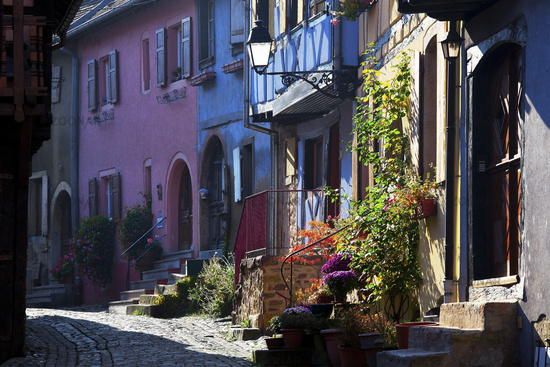 Gasse in Eguisheim, Elsass, France