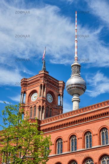 Der berühmte Fernsehturm und der Turm des Rathauses