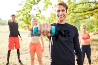 Junge Leute beim Hanteltraining mit Kurzhanteln
