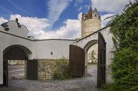 Die offenen Tore im Innenhof von Schloss Bernburg