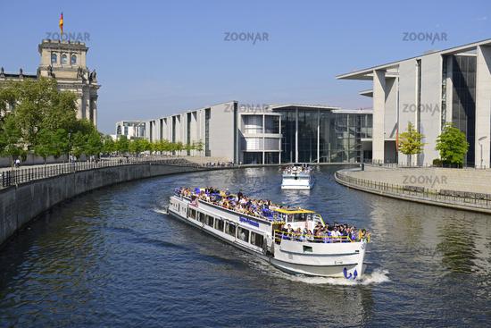 Fahrgastschiff auf der Spree im Regierungsviertel, Reichtagsgebaeude, Berlin, Deutschland, Europa