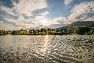 Bild der Landschaft im bayerischen Wald des Ebenreuther See während Sonnenuntergang, Deutschland