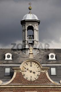 Turm und Uhr der Kapelle am Schloss Nordkirchen im Münsterland
