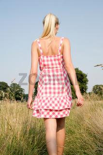 Junge Frau beim Spaziergang