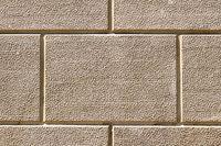 Wand mit rechteckigen beigen Steinplatten