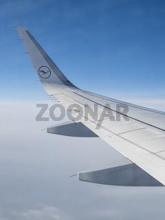 Linke Tragfläche eines Lufthansa Airbus A320-200 während des Fluges