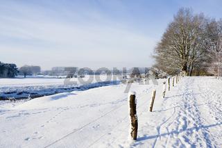 winterliche Landschaft an einem Fluss