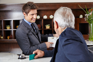 Gast fragt im Hotel nach dem Weg