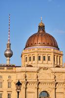Der berühmte Fernsehturm und die Kuppel des wiederaufgebauten Berliner Stadtschlosses