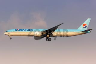 Korean Air Boeing 777-300ER Flugzeug Flughafen Shanghai Hongqiao in China