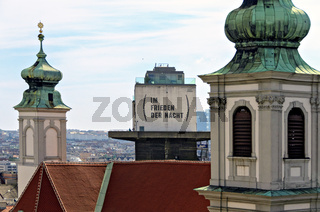 Blick über die Mariahilfer Kirche und einen ehemaligen Flakturm in Wien
