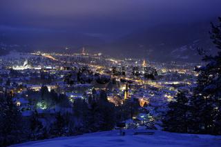 Garmisch-Partenkirchen in Bayern im Winter bei Nacht