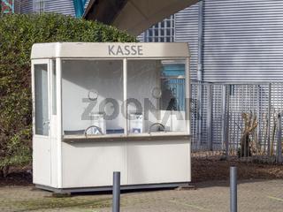 Leeres Kassenhäuschen am Eingang des Veranstaltungsortes Kölner Tanzbrunnen - Köln