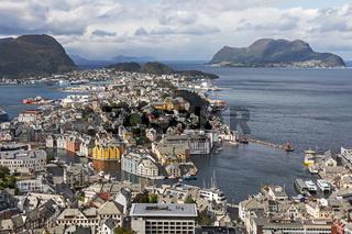 Blick über Ålesund in Norwegen mit Jugendstilarchitektur