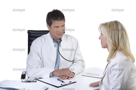 Arzt und Patientin bei Besprechung