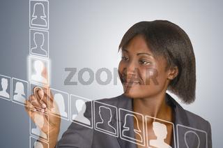 Afrikanische Frau berührt virtuelle Symbole