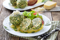 Deftige Spinatknödel mit Salatbeilage