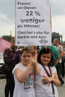 Demonstration gegen das  BARBY-HAUS