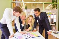 Geschäftsleute planen gemeinsam ein Projekt