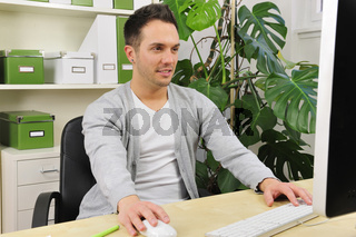 Geschäftsfrau in grünem Büro
