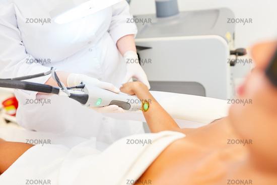 Hautärztin und Patientin bei der Laserepilation