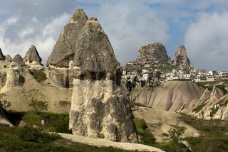 Pilzförmige Tuffsteinkegel beim Ort Uchisar