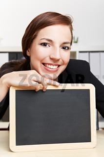 Geschäftsfrau mit Schiefertafel