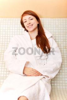 Frau bei Entspannung im Spa auf Wärmebank