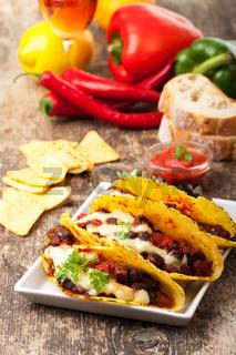 Taco mit Chili Con Carne in eine Schüssel geben