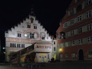 Das beleuchtete Rathaus von Lindau in der Nacht