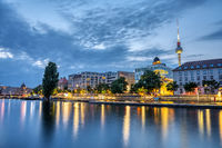 Die Spree im Zentrum von Berlin in der Abenddämmerung